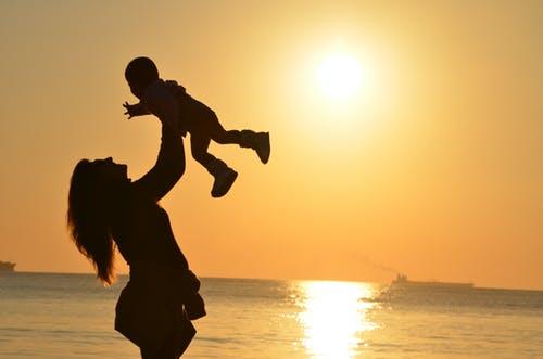 子供を抱く親