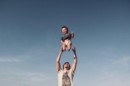 たかいたかいで空中にいるおむつしてる赤ちゃん