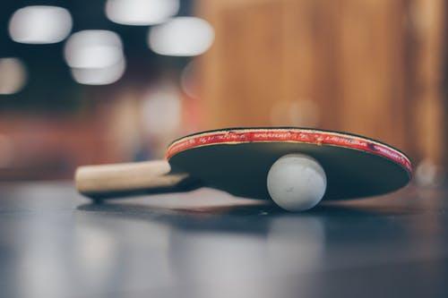 卓球ラケットとピン球
